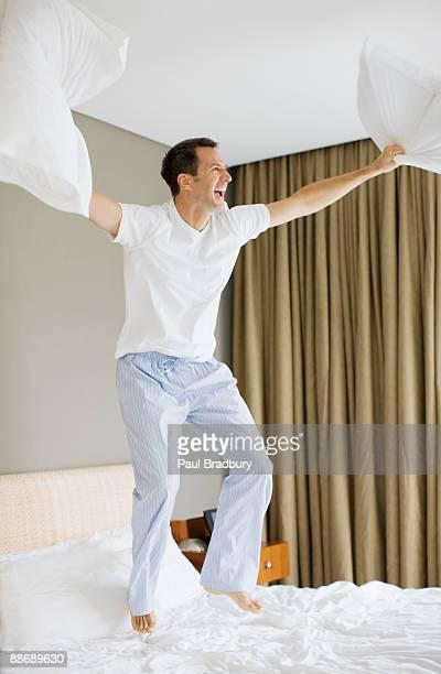 男性に飛びついベッド