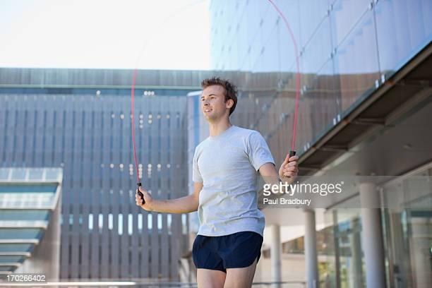 Mann springen Seil im park