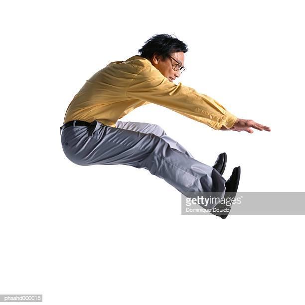 man jumping, side view - salto em comprimento imagens e fotografias de stock
