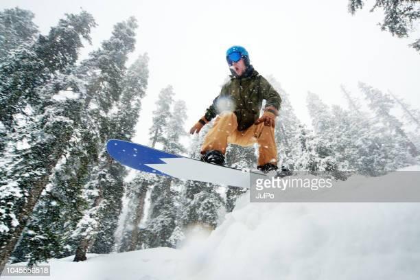 man springen met snowboard - stunt stockfoto's en -beelden