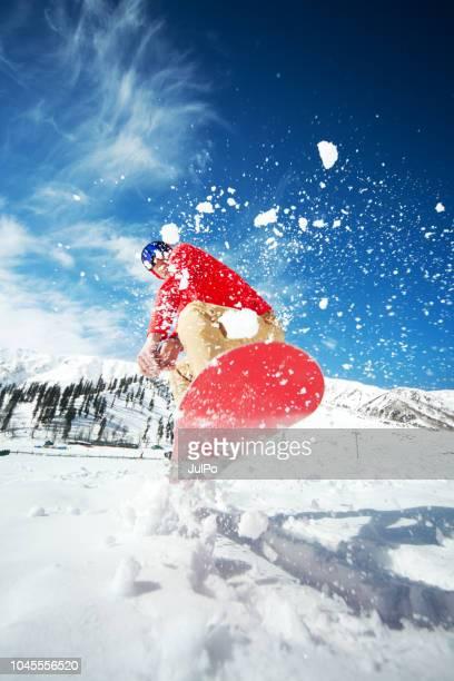 スノーボードでジャンプの男 - スキー旅行 ストックフォトと画像