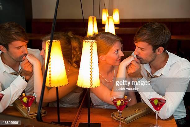 Mann küssen Freundinnen im restaurant