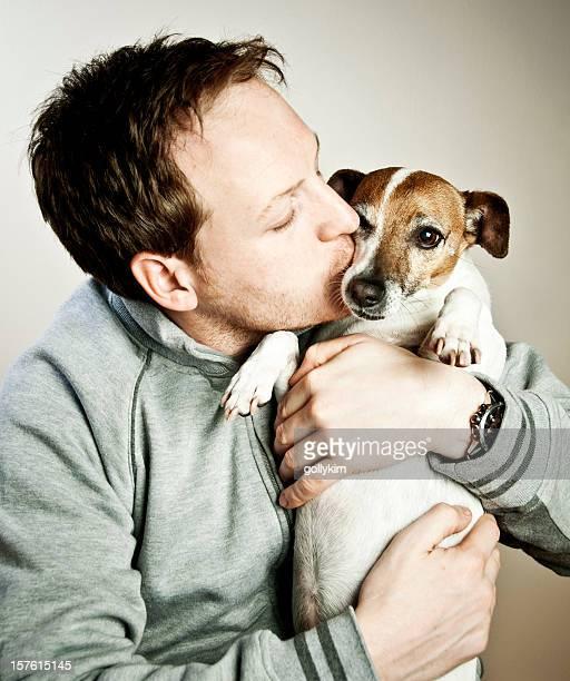 uomo di baciare il suo cane - jack russell terrier foto e immagini stock