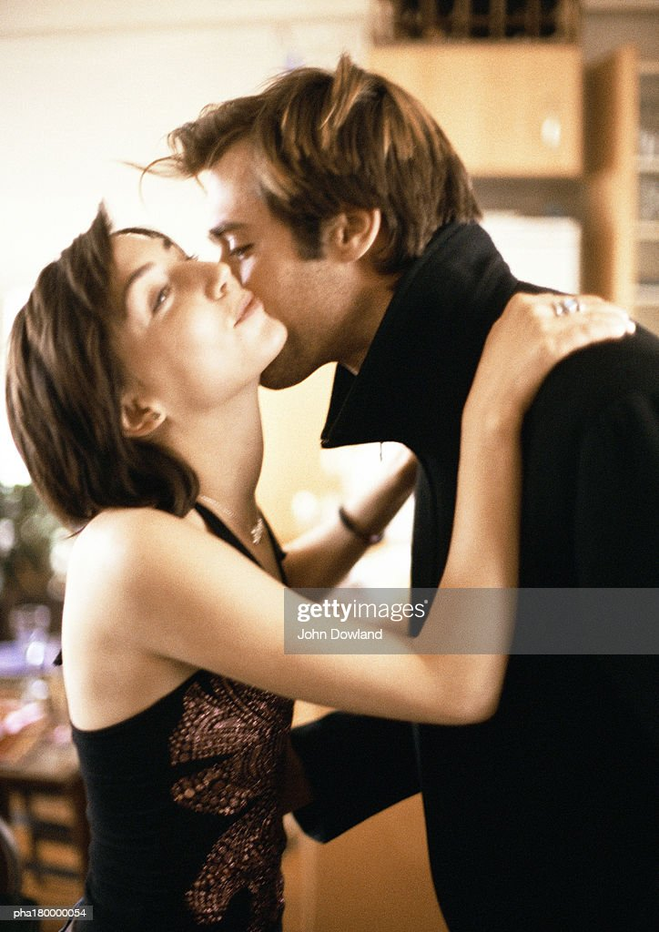 Man kissing woman, close-up : Stockfoto