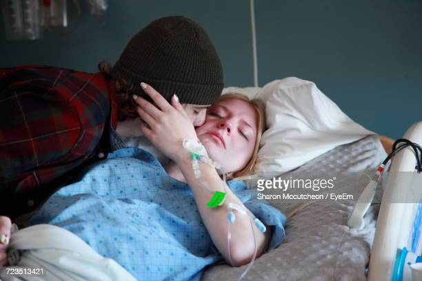 man kissing woman in hospital - child labour stockfoto's en -beelden