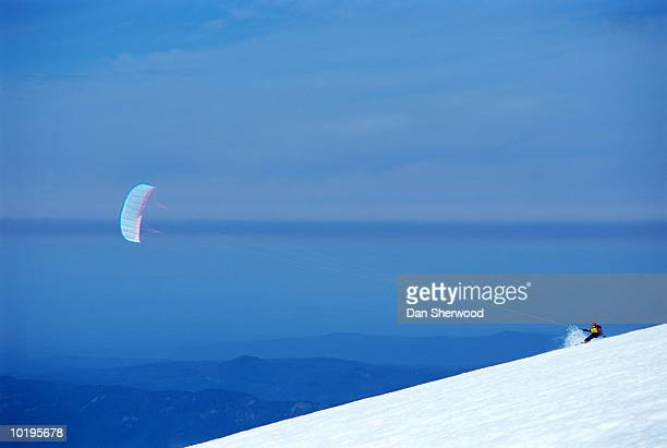 man kite skiing, side view, mt. hood, oregon, usa - dan sherwood photography stock pictures, royalty-free photos & images