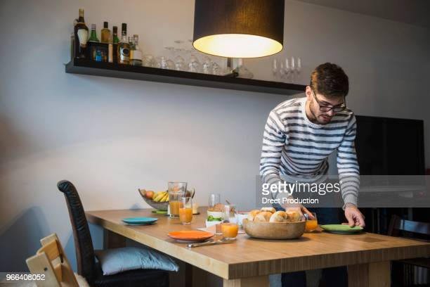 man lay a breakfast table, munich, germany - mesa de jantar - fotografias e filmes do acervo