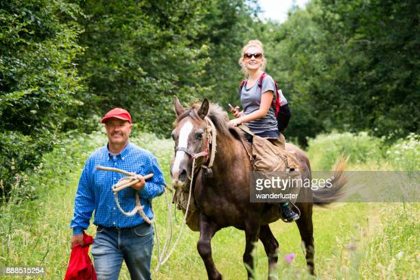 男は馬に乗って先頭の十代の少女 - アブルッツォ国立公園 ストックフォトと画像