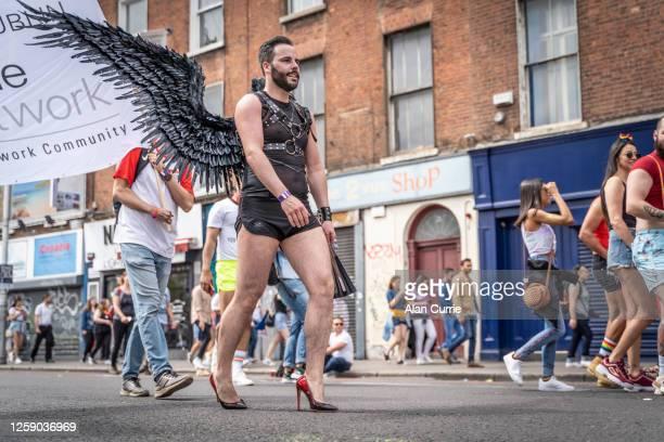 天使の翼とショートパンツとハイヒールでダブリンプライドイベント2019をリードする男 - 赤の靴 ストックフォトと画像