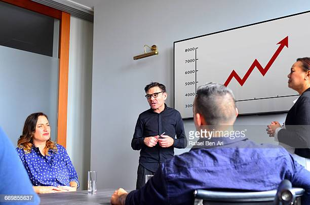 man leads a business meeting - rafael ben ari stockfoto's en -beelden