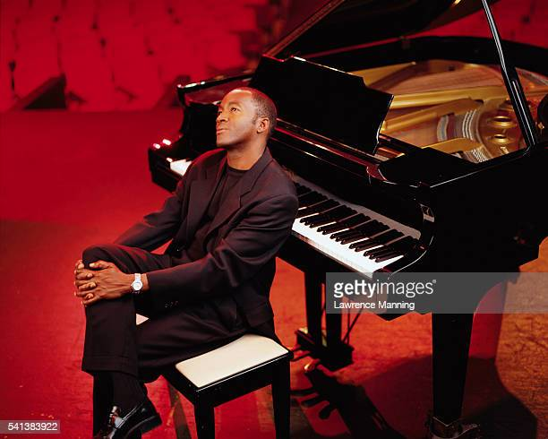 man leaning against a piano - ピアノ奏者 ストックフォトと画像