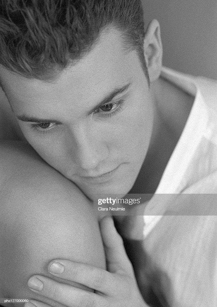 Man leaning head on someone's shoulder, close-up, b&w : ストックフォト