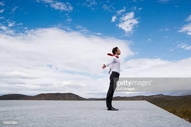 homem debruçado no vento - gravata - fotografias e filmes do acervo