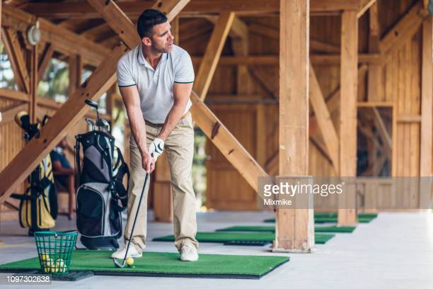 hombre de aprender a jugar al golf - top fotografías e imágenes de stock