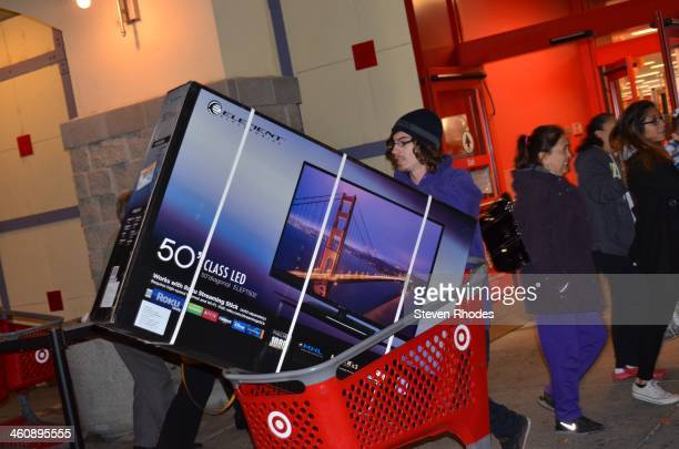 CONTENT] A man leaves Target with a 50 large screen TV in his shopping cart on Thanksgiving during an early Black Friday sale It was later revealed...