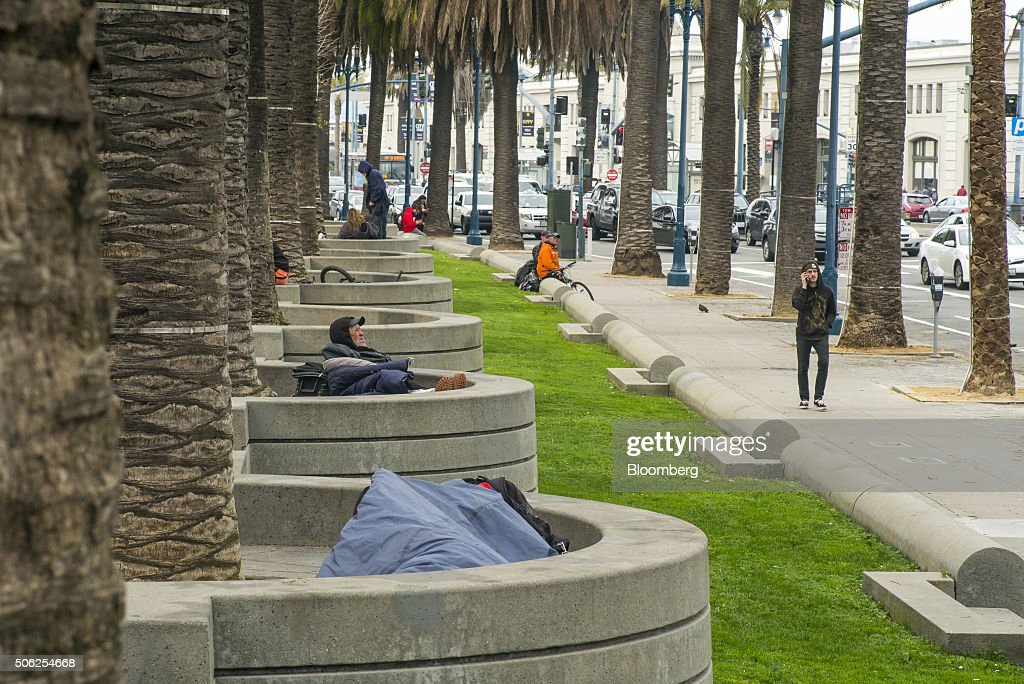 San Francisco Nudges Homeless Away From Super Bowl Fan Village : Fotografía de noticias