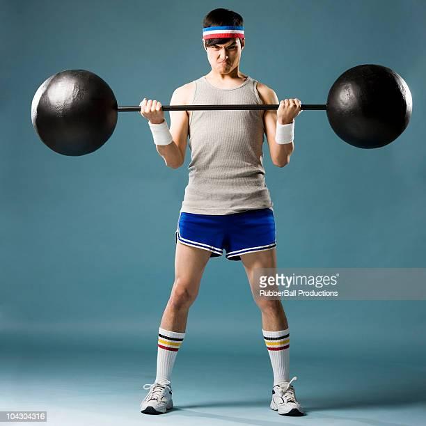uomo di sollevamento pesi - pantaloncini grigi foto e immagini stock