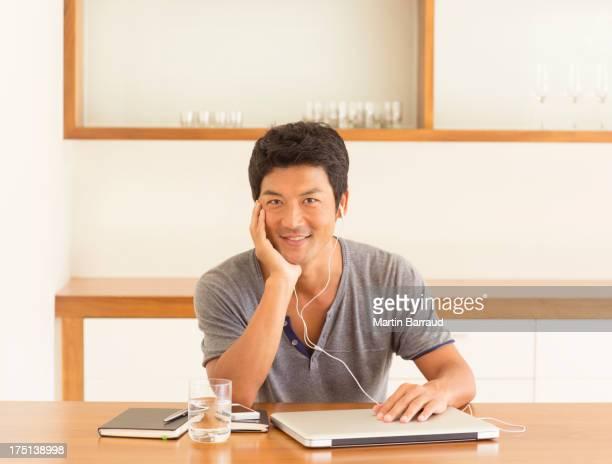 男性に耳を傾けるに、テーブルのヘッドフォン