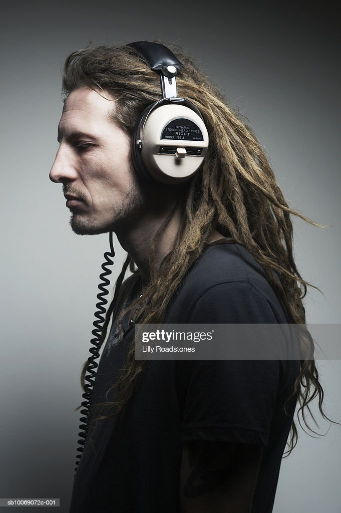 Man listening to headphones, close-up : Stockfoto