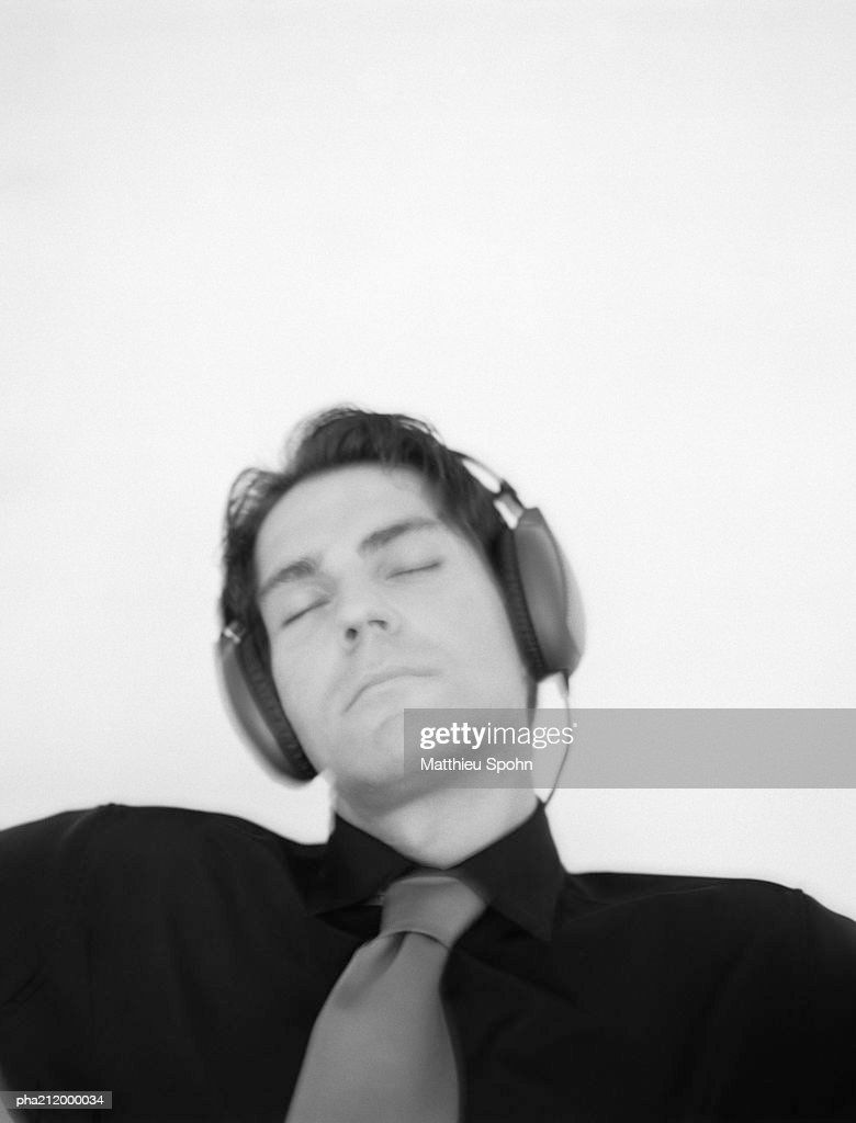 Man listening to headphones, slightly blurred, b&w. : Stockfoto