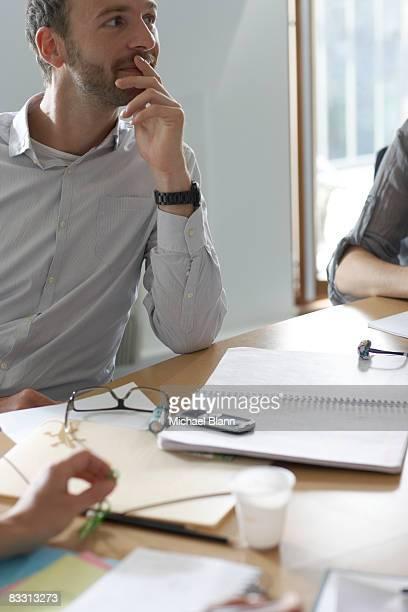 Homme à l'écoute au cours de la réunion