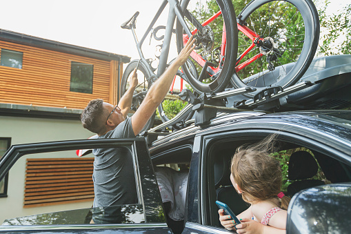 Man loading bikes onto car - gettyimageskorea
