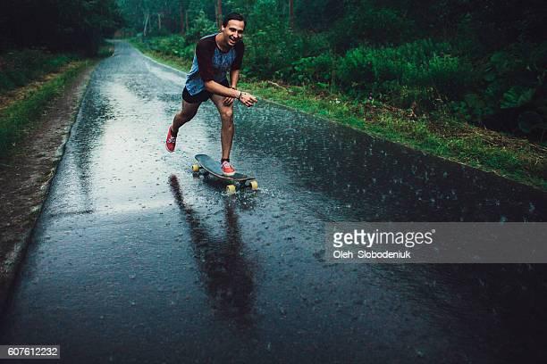 mann longboarding - longboard skating stock-fotos und bilder