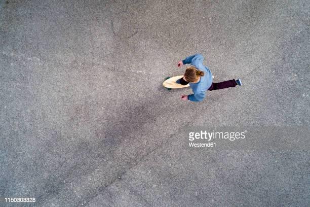 man longboarding, top view - eislauf oder rollschuhlauf stock-fotos und bilder
