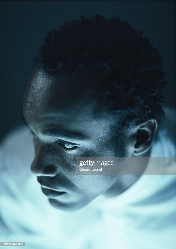 Man looking aside, close-up : Stockfoto