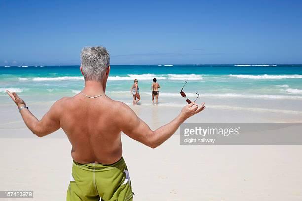 hombre en playa chicas - gorgeous babes fotografías e imágenes de stock