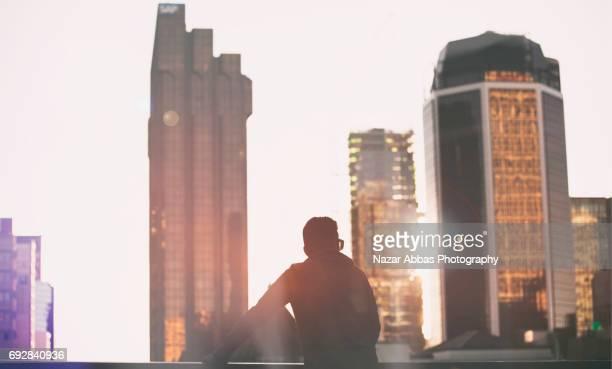 man looking at cityscape. - オークランド ストックフォトと画像