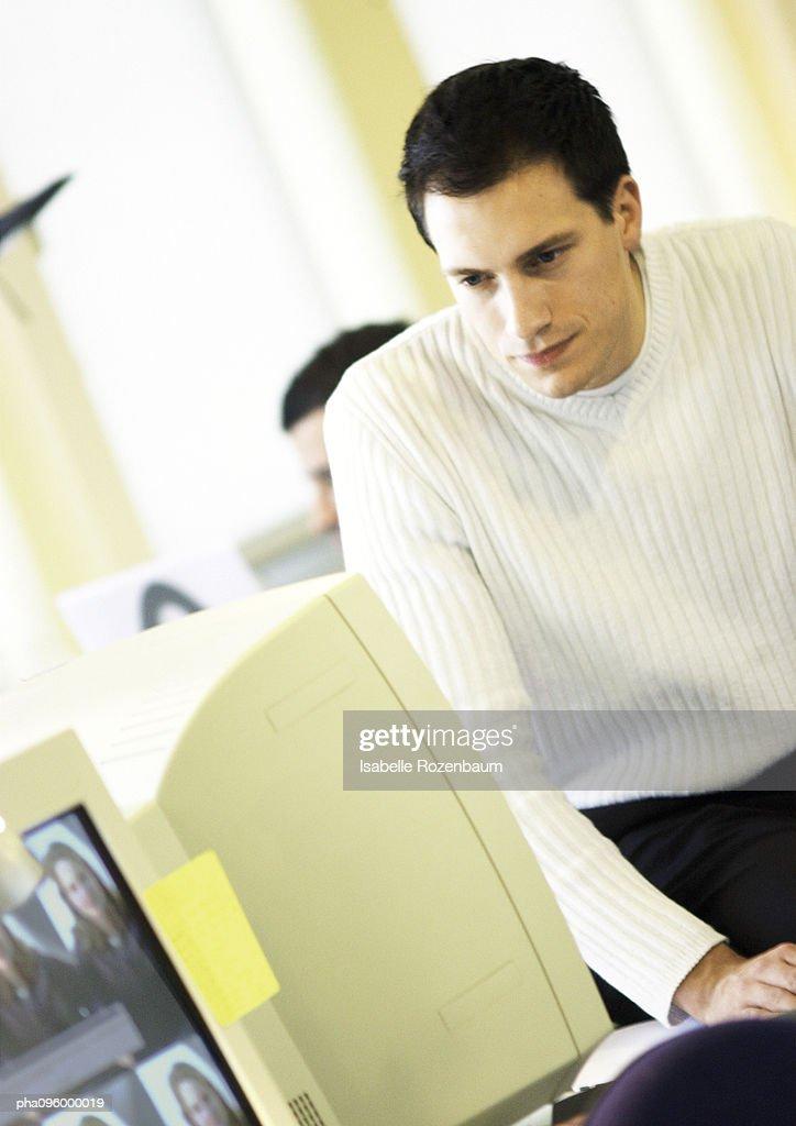 Man looking at computer : Stockfoto