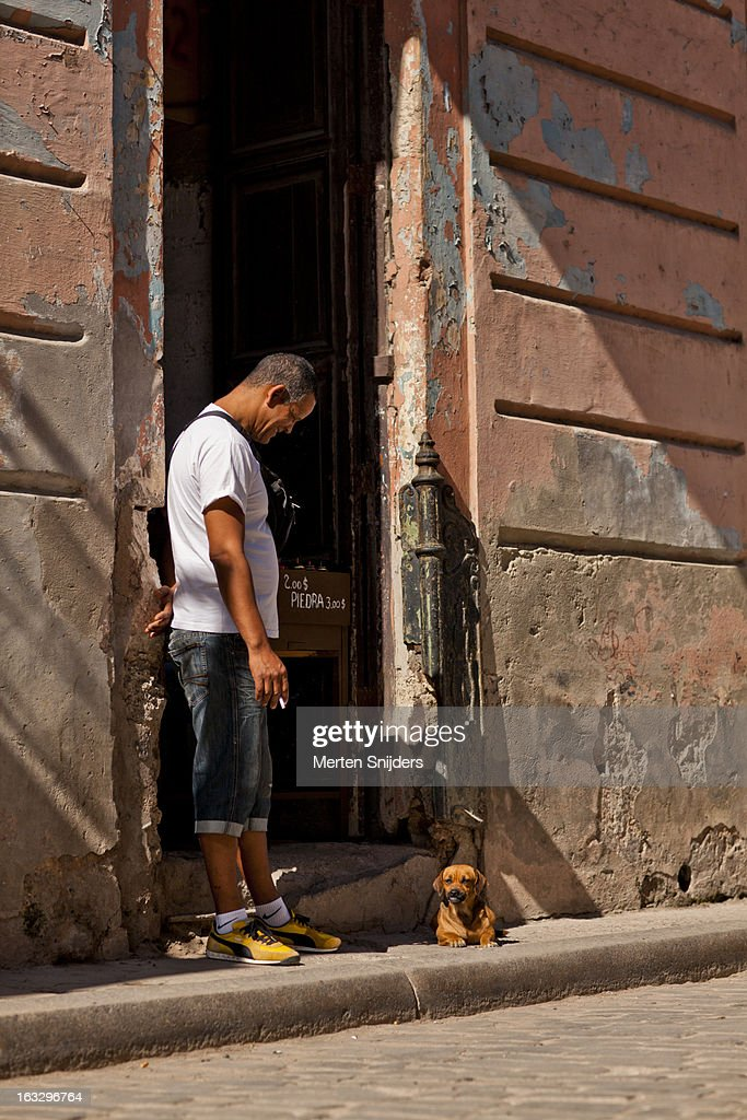 Man looking at dog in doorway : Stockfoto