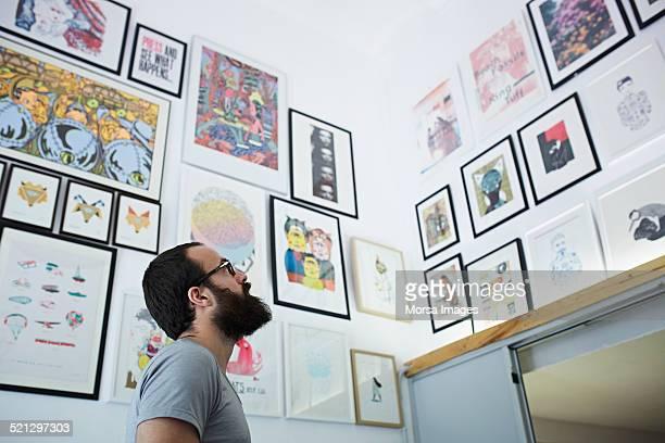 man looking at his works - profesional de diseño fotografías e imágenes de stock