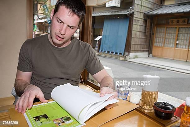 男性のメニューには、日本のレストラン