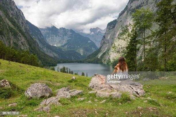Mann, Blick auf Obersee in Bayerische Alpen
