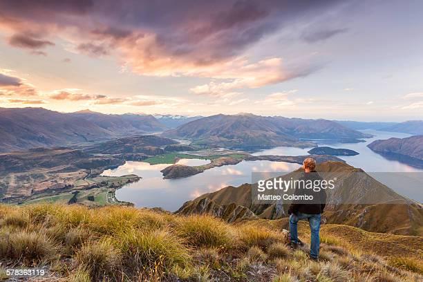 man looking at scenic landscape, new zealand - wanaka - fotografias e filmes do acervo