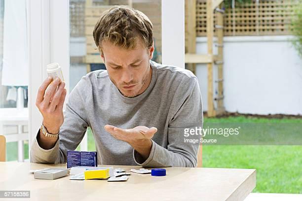 hombre mirando en comprimidos - suicidio pastillas fotografías e imágenes de stock