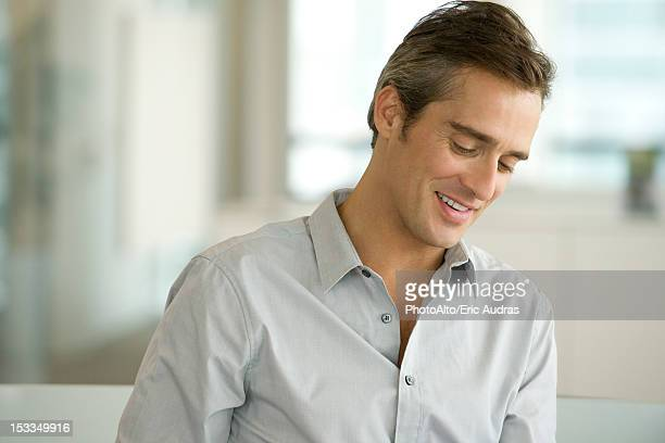 man looking down and smiling, portrait - regarder vers le bas photos et images de collection