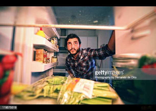 man looking in refrigerator - geladeira - fotografias e filmes do acervo