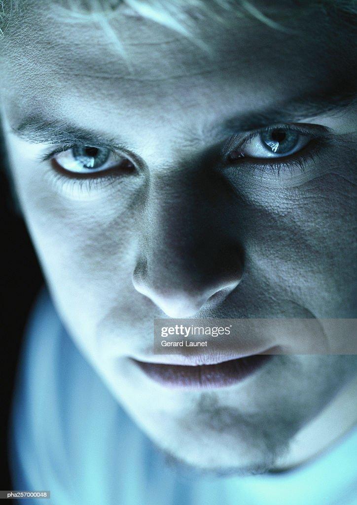 Man looking into camera, close-up : Stockfoto
