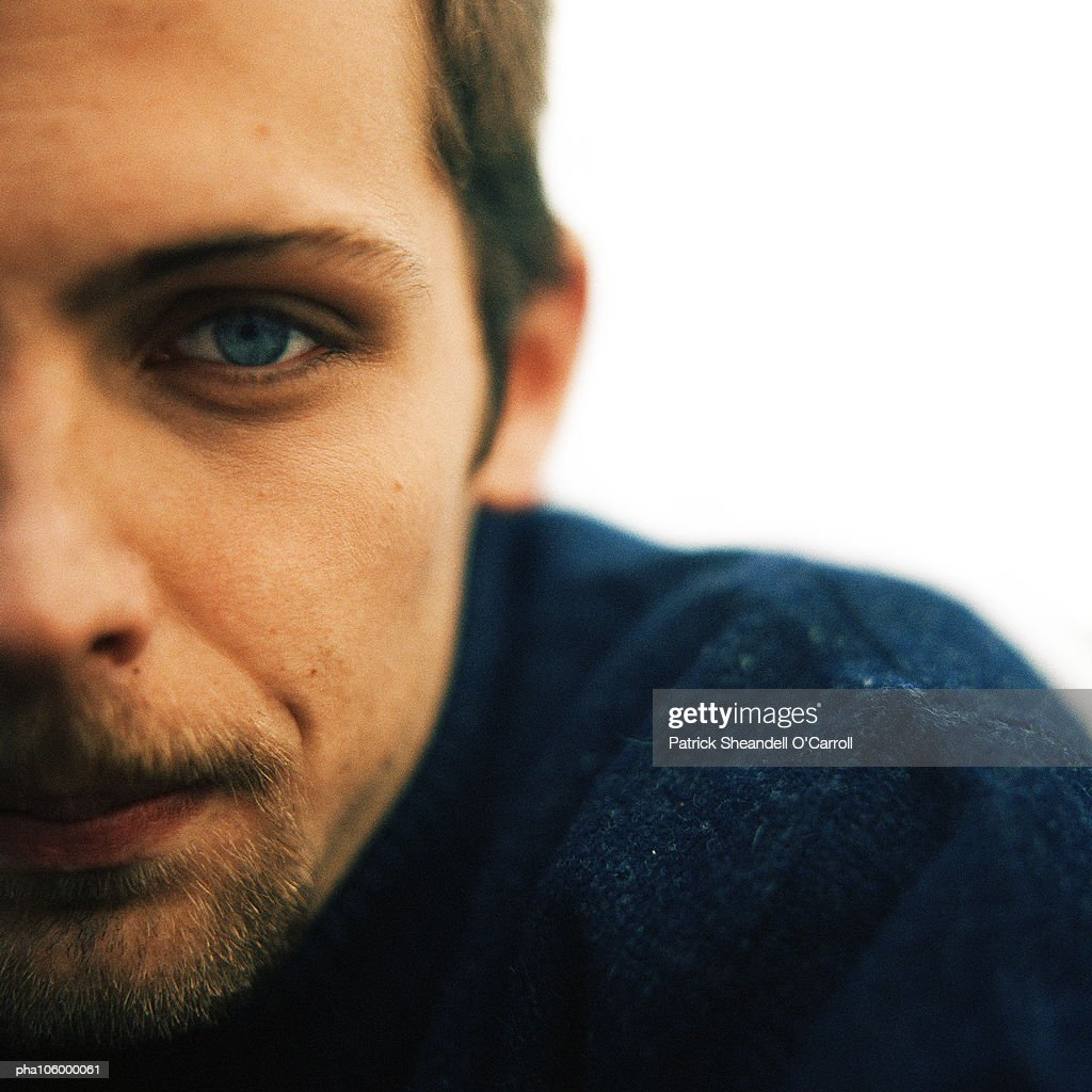 Man looking into camera, close-up, portrait : Stockfoto