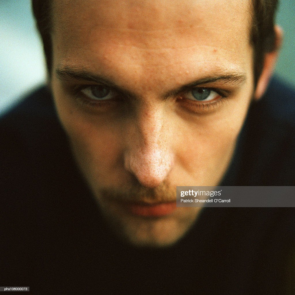 Man looking into camera, close-up, portrait : Stockfoto