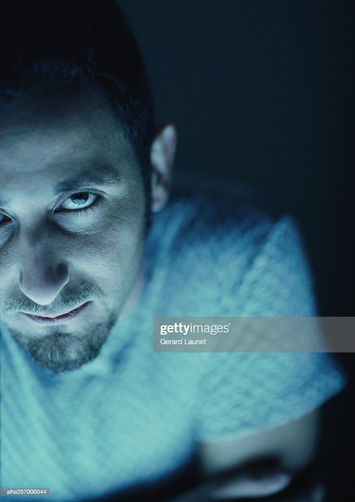 Man looking into camera, high angle view : Stockfoto