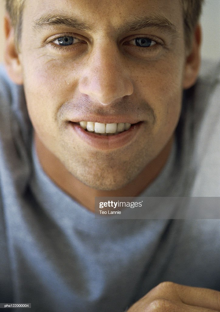 Man looking into camera, smiling, close-up : Stockfoto