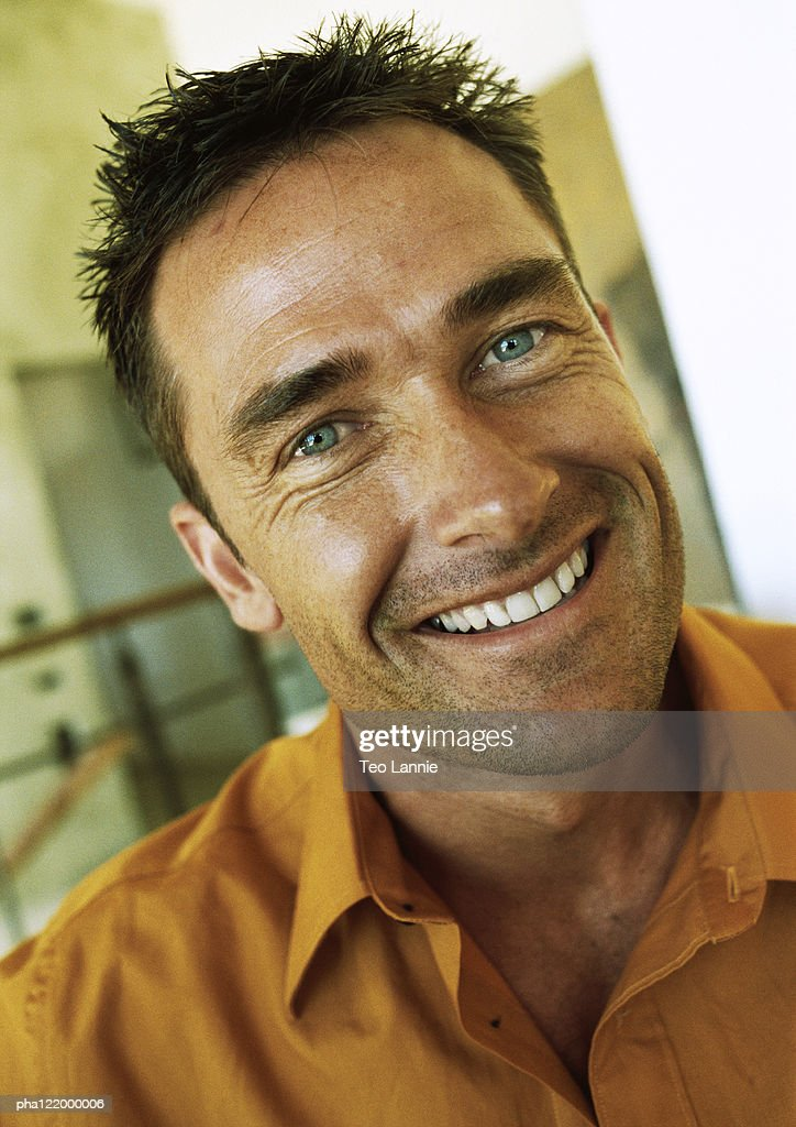 Man looking into camera, smiling, portrait : Stockfoto