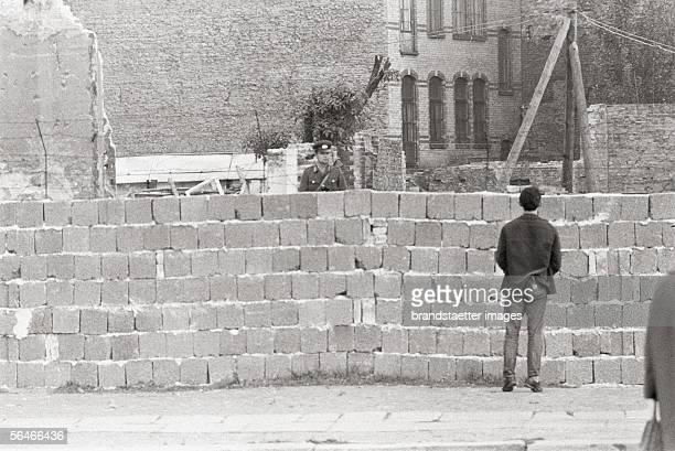 Man looking over the Berlin Wall Photography Germany 1961/62 [Ein Mann blickt ueber die Berliner Mauer Photographie Deutschland 1961/62]