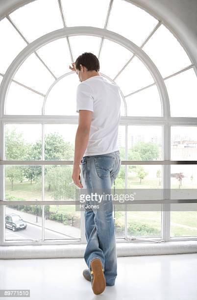 man looking through a window. - blick nach unten stock-fotos und bilder