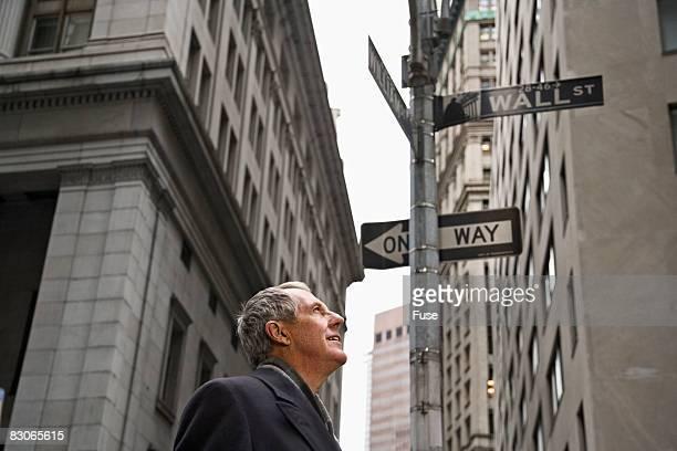 man looking up on wall street - ニューヨーク郡 ストックフォトと画像