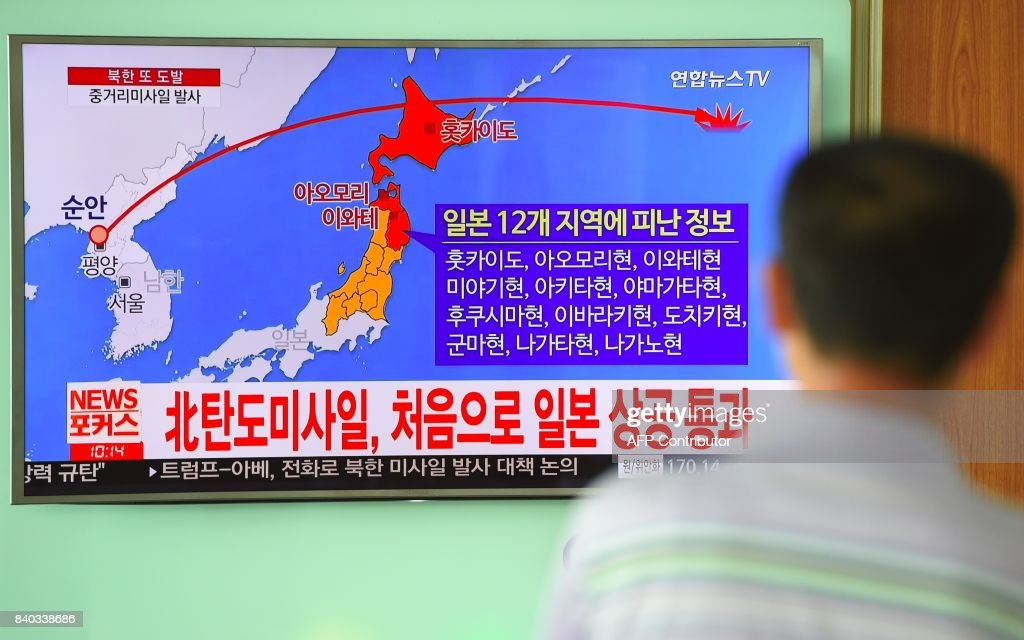 A man looks at a television news screen showing a graphic of a North Korean missile launch, at a railway station in Seoul on August 29, 2017. Nuclear-armed North Korea fired a ballistic missile over Japan and into the Pacific Ocean on August 29 in a major escalation by Pyongyang amid tensions over its weapons ambitions. / AFP PHOTO / JUNG Yeon-Je